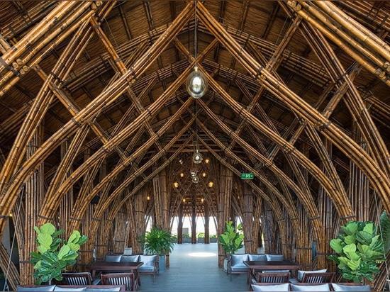 le club en bambou + le café par des architectes de VTN prend le centre de la scène au coeur du Vietnam