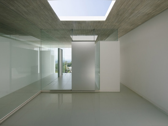 Les avions concrets minces définissent la maison de montagne au Japon par l'atelier de Kubota Architect