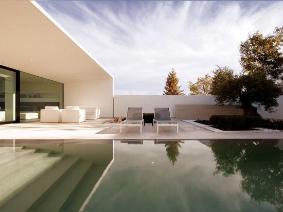 L'architecture de la JM raye la villa en forme de L sur la côte italienne nordique avec les carreaux de céramique par Mosa