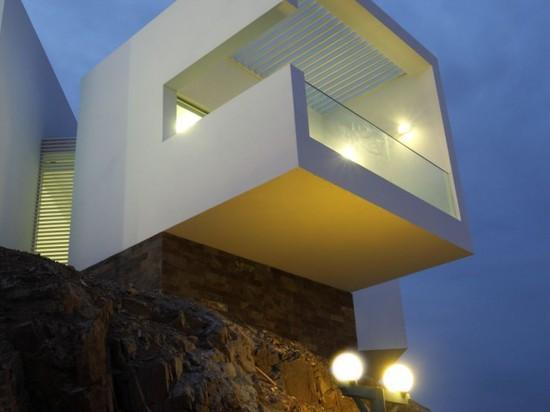 Les volumes saillants donnent à cette maison des avis d'océan panoramiques