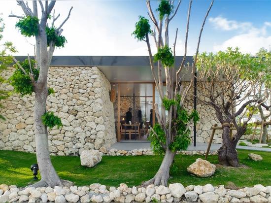 Les piles de pierre à chaux de Ryukyu couvrent ce restaurant dans l'Okinawa