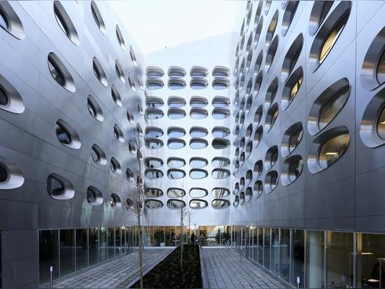 650 fenêtres oblongues définissent le quai des démians d'Anne ouest à Nancy
