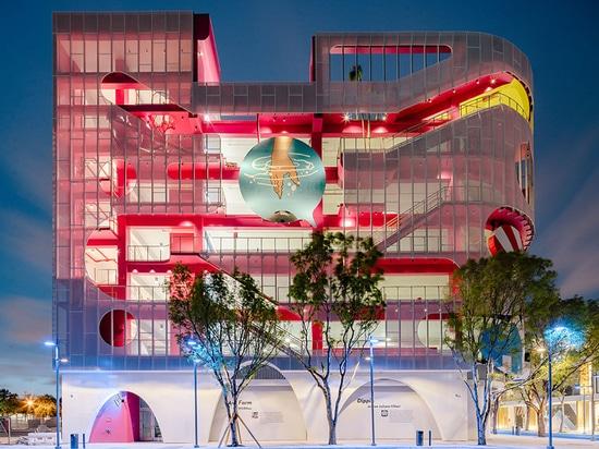 """cinq studios différents conçoivent les façades """"d'une manière extravagante variées"""" pour le garage du musée de Miami"""