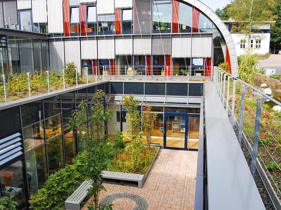 Jardin de toit avec des systèmes de toit de vert de ZinCo