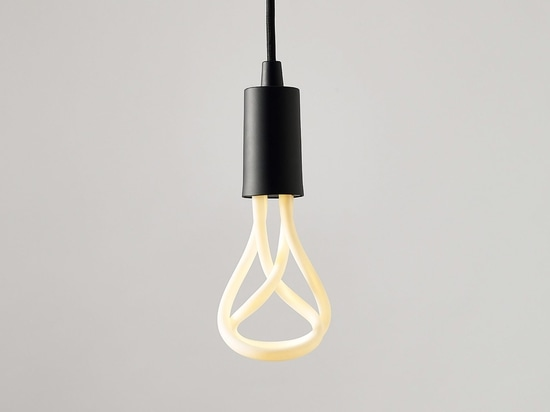Plumen crée la version de LED de la conception de l'ampoule 001 de Année-gain