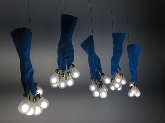 Luzy par Ingo Maurer, le gant de travail avec une ampoule à chaque bout du doigt