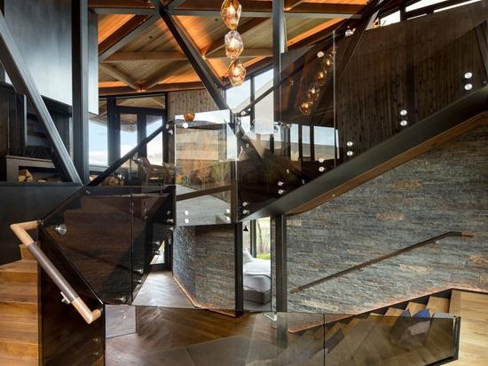 Cette nouvelle maison plaquée par temps de l'acier se repose sur Hillside dans le Colorado