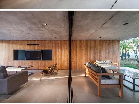 Le plancher inférieur de cette Chambre de béton et en bois est presque totalement ouvert d'extérieur