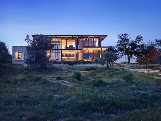 Cette nouvelle maison emploie les matériaux qui complètent le paysage