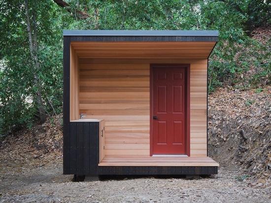 cabine de bois de construction avec le réseau des plate-formes suspendues parmi les séquoias de Californie