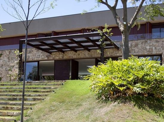 maison de campagne brésilienne contemporaine intégrée dans la nature, par le roig de deborah