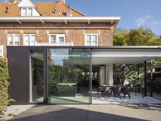 Une extension contemporaine pour ceci Chambre des années 1920 aux Pays-Bas
