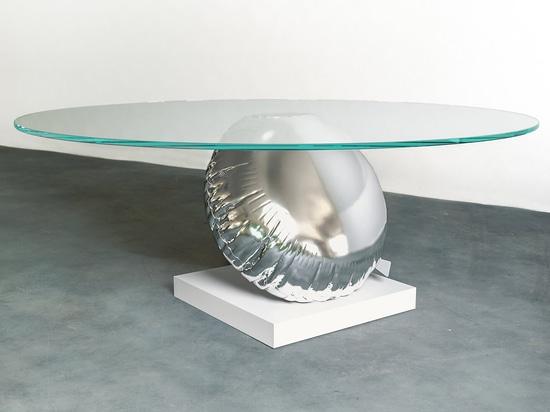 Tableau de Duffy London Has Designed A qui est une interprétation espiègle de la flottabilité et de l'équilibre