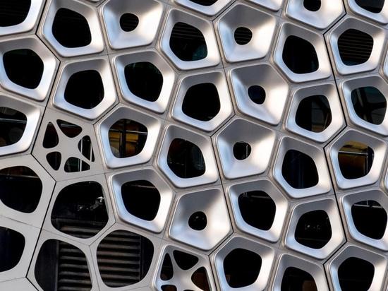2500 panneaux en aluminium composent cette façade sculpturale par l'artiste australien Alexander Knox