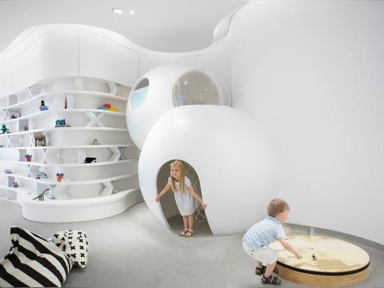 La crèche de l'hurlement de l'avenir est un espace de étude de pointe pour des enfants à Dubaï
