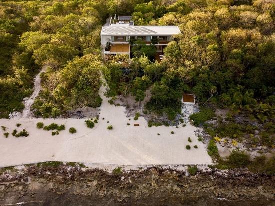 Sordo Madaleno organise la maison du front de mer Cozumel autour de la cour remplie d'usine