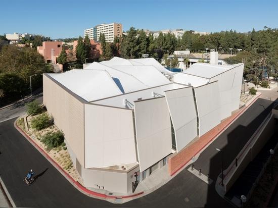 Kevin Daly Architects établit le complexe froissé pour les équipes de basket de l'UCLA