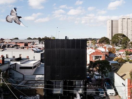 DKO + DALLE ajoutent la façade noire d'écran en métal aux logements verticaux en australie