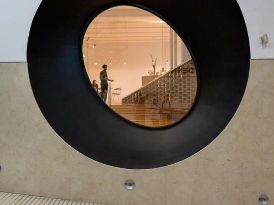 l'escalier sculptural relie le musée MSGSSS-rénové de l'art moderne à Buenos Aires