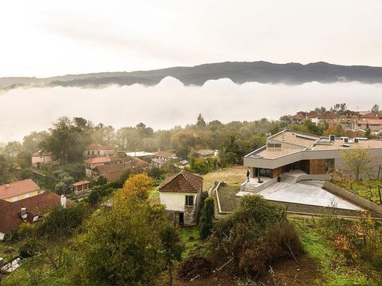 les martins de Paulo construit la maison du GR des formes irrégulières au Portugal
