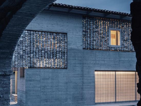 Détail de conception – des rideaux en pierre ont été ajoutés à l'extérieur de cette Chambre