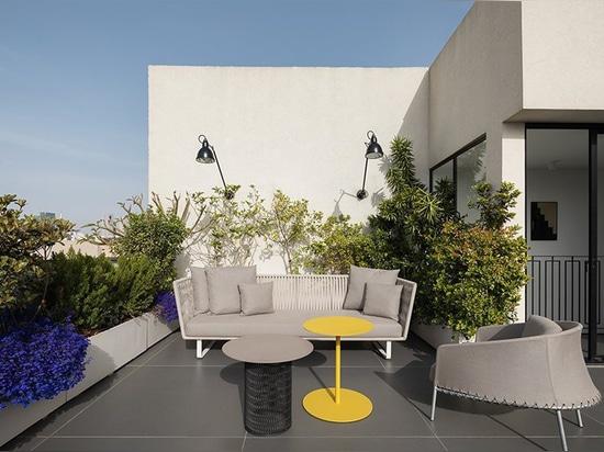 cet appartement de vacances à Tel Aviv comporte la terrasse ouverte de dessus de toit avec la douche là-dessus
