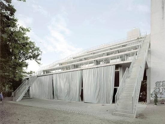 Les maisons en terrasse innovatrices partagent les grands espaces extérieurs à Berlin