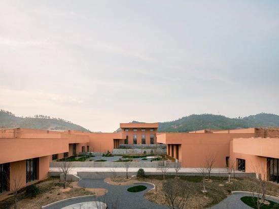 David Chipperfield enfonce le musée rouge de naturel-histoire dans la terre en pente