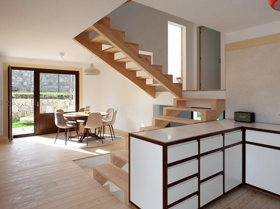 Guilherme Machado Vaz conçoit la maison blanche géométrique en tant que «sculpture abstraite»