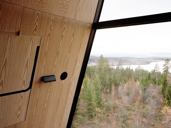 Espen Surnevik élève des paires de cabines de cime d'arbre sur des échasses dans la forêt norvégienne