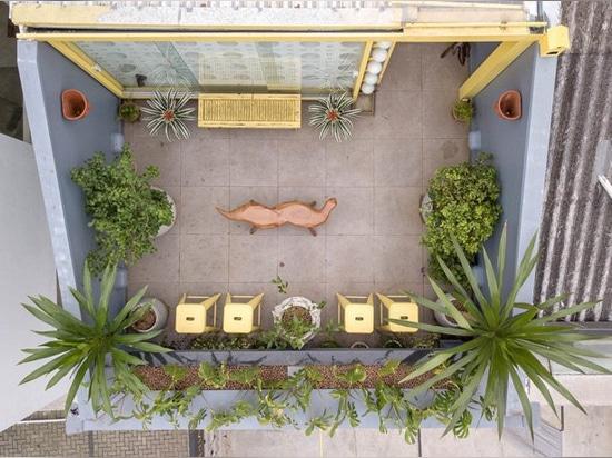le debaixo font le bloco accomplit la galerie d'art de Paulo de são avec la façade des blocs de béton fondus d'avance