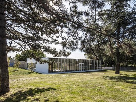 Les architectes de NZI applique des façades vitrées pour introduire la lumière dans le centre de loisirs en France