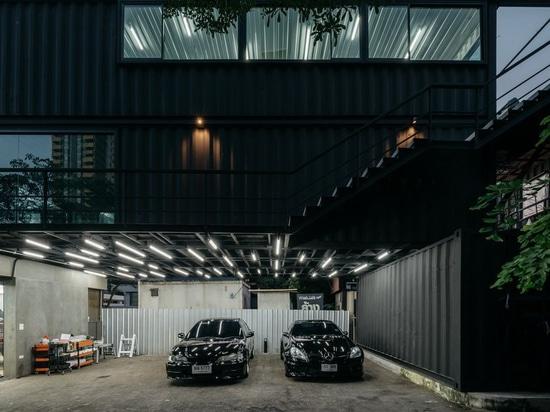 """l'archimontage empile des récipients d'expédition pour former le centre de """"carcare"""" à Bangkok"""