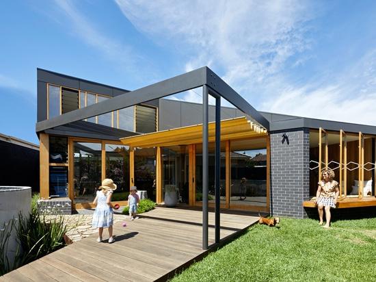 L'espace vital supplémentaire a été ajouté à cette maison australienne des années 1960