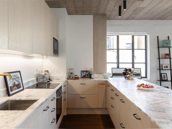 Chris Dyson transforme l'atelier est négligé de Londres en appartements modernes de grenier