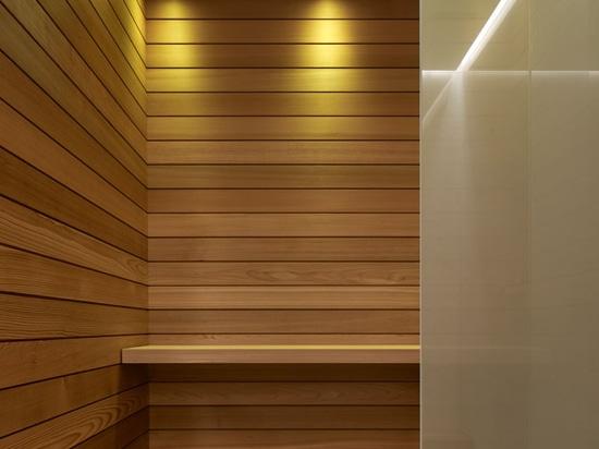 Cette Chambre De Piscine Comporte De Longs Murs En Béton Panneau Formés Et  Une Cheminée