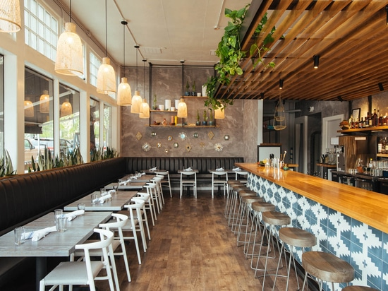 projet inspiré par latin de Barre-restaurant dans l'exploit de Denver. JOI Twenty Upholstered Chairs par TOOU.