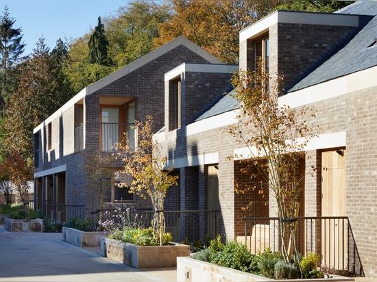 Morris + la société accomplit Wildernesse miaule des maisons de retraite dans le domaine historique de Kent