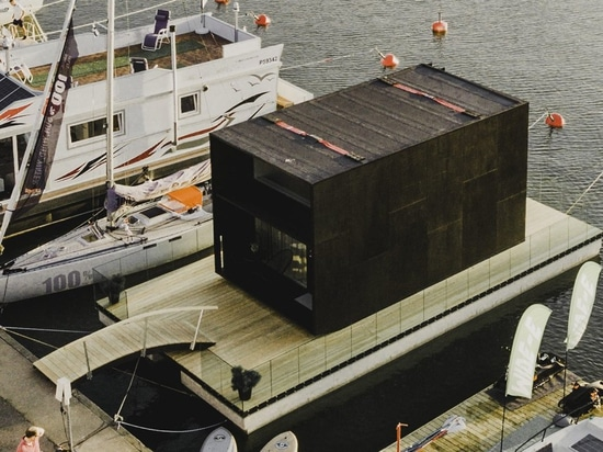 flotteurs préfabriqués minuscules de la maison des kodasema sur l'eau par les pontons intégrés
