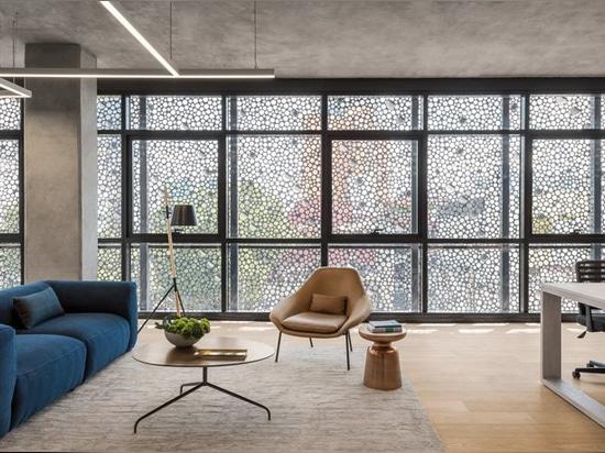 immeuble de bureaux mexicain de clads d'architectes de belzberg dans la façade perforée d'acier au carbone