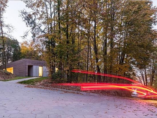 """l'architekci 081 forme la """"maison habillée de bois de construction dans les bois"""" en Pologne"""