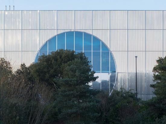 les architectes 6a prolonge la galerie de Mk avec la boîte ondulée d'acier inoxydable