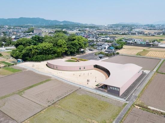 le fujimura de ryuji complète l'école maternelle de subaru au Japon avec le toit concret incurvé