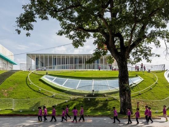 le jardin d'enfants au Vietnam par le kientruc o comporte un terrain de jeux aménagé en parc de sommet