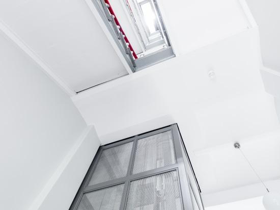 Revêtement d'ascenseur avec grillage en acier inoxydable