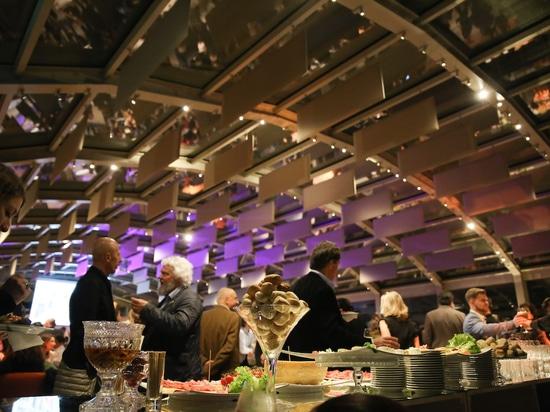 La fête peut commencer : délicatesses culinaires dans le hall d'exposition de la Villa Necchi. Photo : Wilkhahn