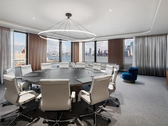 Design intemporel et confort maximum : le classique des sièges pivotants, le FS Management de Wilkhahn a toujours sa place dans les bureaux modernes. Photo : Colin Miller