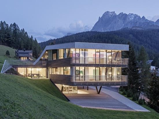 Cet hôtel aux toits verts dans les Alpes italiennes semble émerger de la terre
