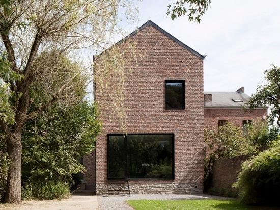 Maison d'embouteillage belge transformée en maison familiale par Architecture Cotugno Thiry
