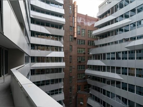 """OMA complète les appartements noirs de Manhattan avec """"coin prismatique"""""""
